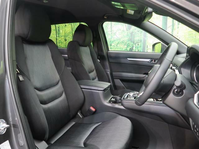 良好な視界とスムーズな乗り降りを実現した運転席。体格に合わせてシートやステアリングの位置をきめ細かく調節できるので、いつでも最適な運転姿勢をキープ。操作も軽く、ラクラクです。良好な視界とスムーズな乗