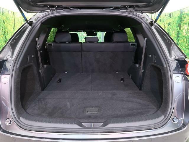 後部座席を倒すことで大容量のラゲッジスペースを確保。大きな荷物もらくらく収納可能っです。