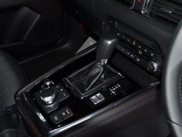 【オートホールド装備】停車中ブレーキを自動的に制御し、ペダルから足を放しても停車状態を保持します。アクセルペダルを踏み込む発進操作を行うと、ブレーキが解除され、信号待ちでの運転者の負担を軽減します。