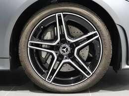 【AMGアルミホイール】ハイグロスブラック19インチAMG5ツインスポークアルミホイールを装着!Mercedes-Benzロゴ付きブレーキキャリパーで特別感をプラス。