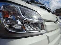 LEDヘッドライト付 メーカーオプションで足回りを4枚リーフサスペンションに強化してます!積載が多いときに車輛のダメージを軽減しますので弊社の車輛は全て4枚リーフサスで足回りを強化しております!