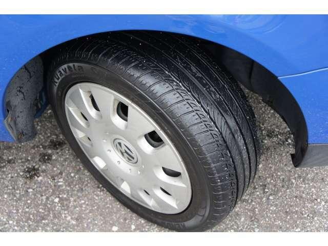 タイヤの目もまだ5部山程残っております。中古とはなりますがスタッドレスタイヤもお付け可能ですのでお気軽にお問い合わせください。
