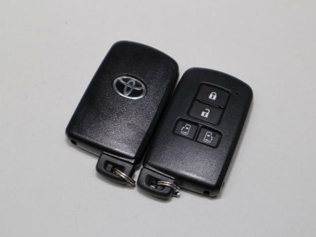 お車のキーはスマートキーです。雨の日など両手がふさがっている時など、とっても便利です。