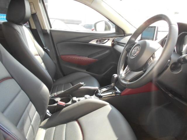 コクピットは、ドライバー視線を極力動かさなくて済むようにナビ・サイドミラーが横一列に並んでいます。