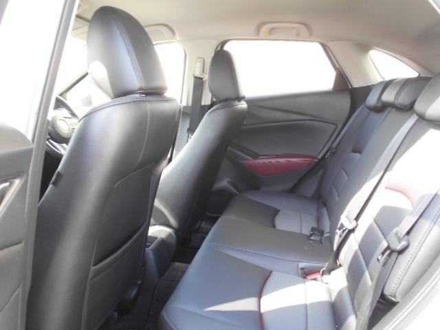 後部座席も前席同様の高密度ウレタンを使用している為沈み込みが少なくお腹・腰への負担が軽減されます。酔い易いお子様や腰の悪いかたもドライブが楽しくなります。