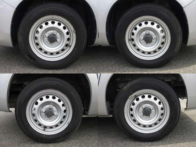純正鉄ホイールが装着されています。タイヤブランドは、ヨコハマです。タイヤサイズは、155/80R14 88/86Nです。残り溝はフロントが6mm、リアが6mmです。