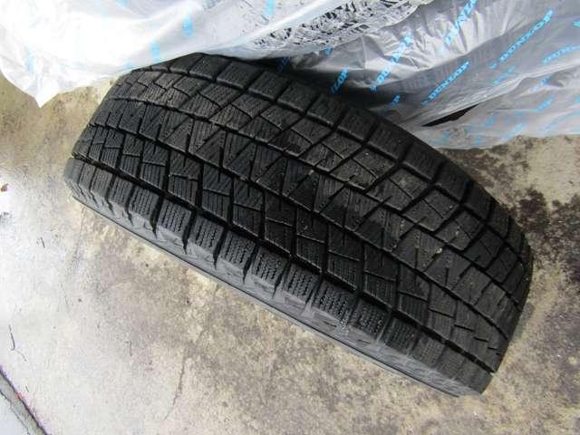 冬タイヤはブリジストンブリザックDM-V1の7分山。純正アルミホイール付きです。