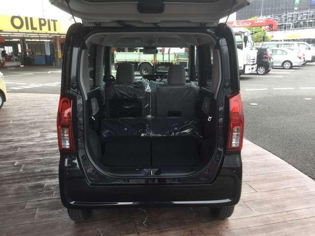 リヤシートは分割式です。後席の背もたれを前に倒せば大きな荷物を積むこともできます。