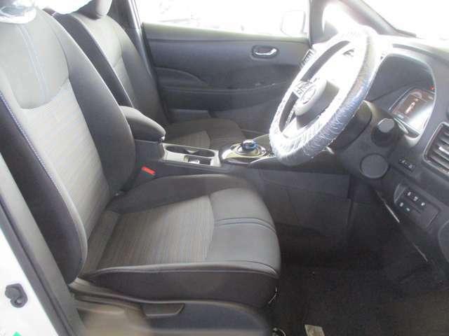 運転席には、シートリフターが付いております☆ 前後のスライドに加えシートの高さも変更出来ますので小柄な女性の方でも運転し易いポジションを取れます♪