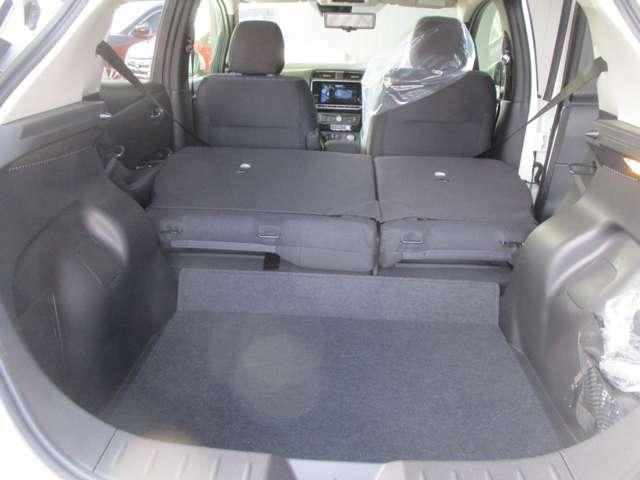 お荷物の量や乗車人数に合わせて使えるリヤシートは、ご覧のように倒すことが出来ますので便利です。