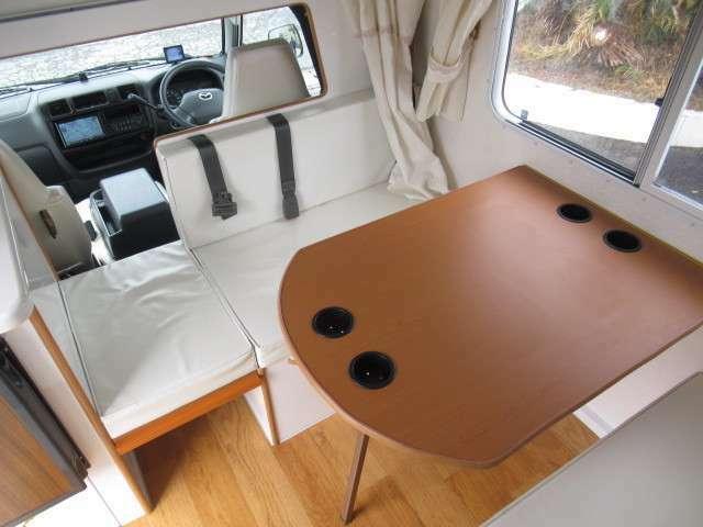 ダイネットは対面座席として広々と使用が可能です!