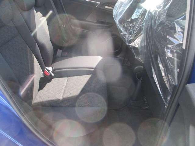 後ろの座席もシート間がとっても広いのでゆったり乗って頂けます!大人二人でもゆったり座れます。