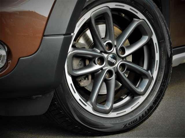 メーカーオプションのブラックタイプの17インチアルミ装着しています、ブラウンメタのボディーカラーにマッチするカラーリングアルミです