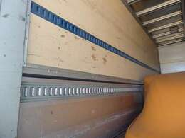 2段ラッシングベルトや室内灯もついております。荷台内形は、長さ:573cm 幅:220cm 高さ:240cmとなっております。
