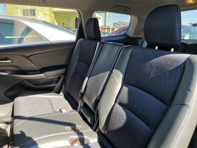 2列目シートは3人掛け、ベンチシートタイプ!!長時間ドライブもゆっくりお寛ぎ頂けます♪