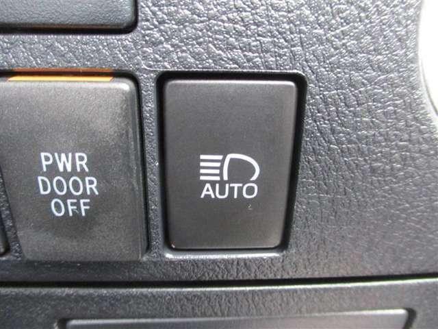 オートマチックハイビーム[AHB]先行車や対向車などを認識して、ハイビームとロービームを自動で切り替えるシステムです。