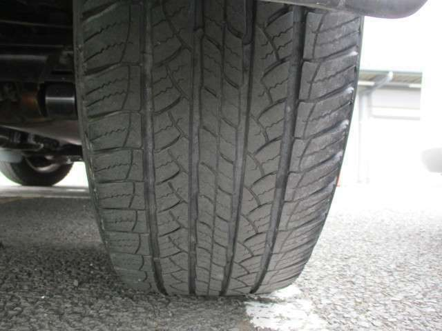 リヤタイヤ溝4mm ひび割れが見受けられ交換をお勧めします、スタッフにご相談下さい