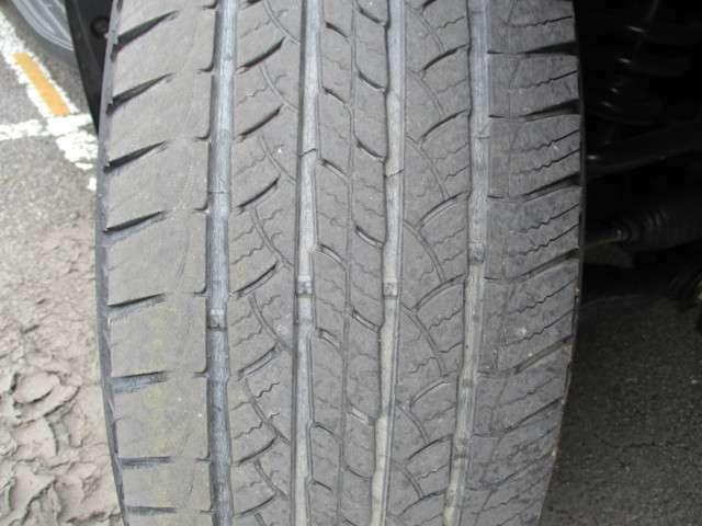 フロントタイヤ溝4mm ひび割れが見受けられ交換をお勧めします、スタッフにご相談下さい