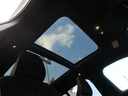 ◆パノラマ・ガラススライディングルーフ『ルーフ全面に広がるガラス面は解放感に溢れ、車内を更に広々とした空間に演出します。チルト・スライドオープン機能を備え、便利にお使いいただけます。』