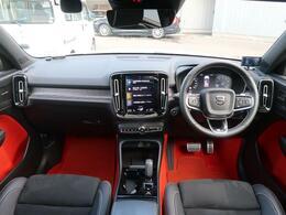【2019年モデル】白のボディに黒×オレンジのお洒落な内装のXC40 Rデザインをご紹介します!サンルーフ付きの1台ですので、開放感ある車内となっております。是非一度ご覧くださいませ!