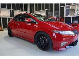 スポーツカーらしいデザインに赤の外装色。ADVANの18インチアルミホイールが強靭な走りを支えます