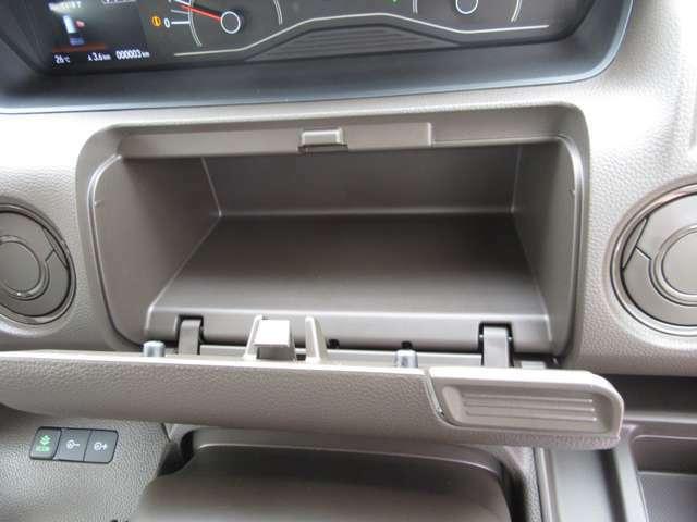 運転席前にも収納スペースを装備しております。