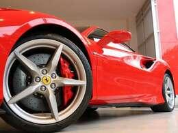 ブレーキキャリパーもボディー同色の赤でそろえております。