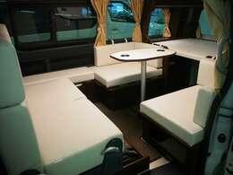 乗車定員7名 就寝大人3名+子供2名です!後部シートはレザーシート加工となっております!