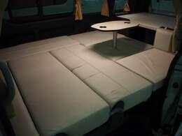 テーブルを取り付けたままでもベッド展開が可能です!
