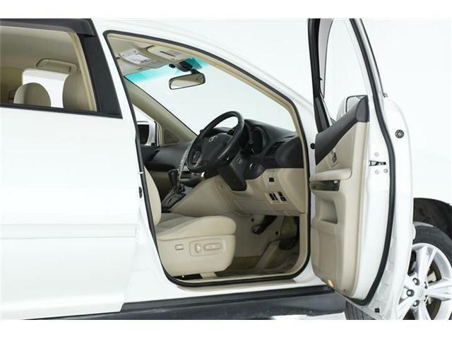 ラグジュアリーな室内空間と落ち着きと上質感を兼ね備えたたっぷりと余裕のあるシート、SUVでありながら静粛性と安定感のある走りが他のSUVにはないハリアーの魅力です♪