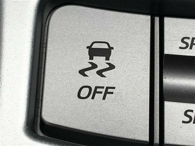 ◆横滑り防止装置◆急なハンドル操作時や滑りやすい路面を走行中に車両の横滑りを感知すると、自動的に車両の進行方向を保つように車両を制御します。