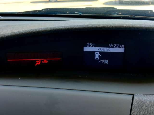 コンソール上部には情報モニターで車両状態がすぐに把握できます。