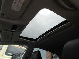 ムーンルーフ(チルト&スライド式)付です。ムーンルーフがある事によって、開放感がある車内となっております。