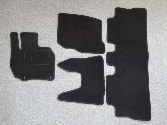 【プランA】車種ごと設計のフロアマットです!!シンプルな黒色で、汚れも目立ちにくくどんな車にも似合います★