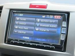 ナビゲーションはホンダ純正メモリーナビ VXM-122VFi が装着されております。AM、FM、CD、DVD再生、音楽録音再生、フルセグTV、Bluetoothがご使用いただけます。初めて訪れた場所でも道に迷わず安心ですね!