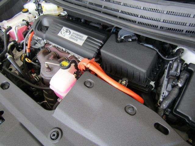 2,400ccのハイブリッドエンジンです。エンジンルームはボンネット裏からヒンジの奥まで油汚れを除去しています。