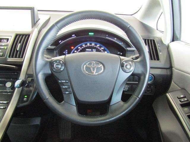 ハンドルから手を外さずにオーディオ・ディスプレイ・エアコン操作ができます。安全運転にも寄与した便利な装備です。