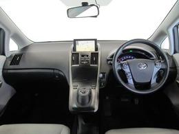 ドライバーが感覚的に操作・確認できるよう気配りされた運転席廻りです。インパネ中央にはナビ画面を配置し、運転中に視点の移動が少なく、スピードメーターは大きくとても見やすいので安全運転のお役に立ちますよ!