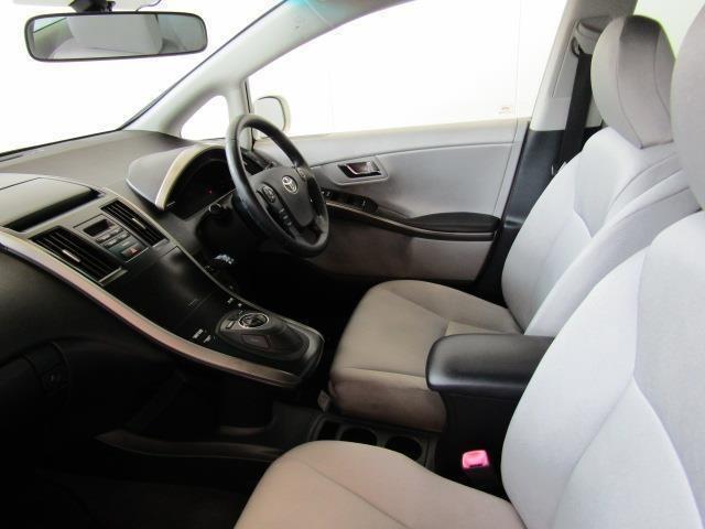 フロントシートはゆったり室内で運転もしやすくなっております。ドリンクホルダーや小物入れなども使い勝手の良い位置に配置されています。