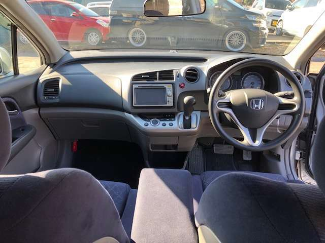 運転席と助手席の間に幅広めなアームレスト付いてます★