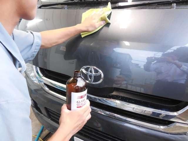 ボディー面にコーティング剤を手作業で塗りこんでいきます。洗車時の差がわかります!専用のメンテナンスキットをお渡しします。詳しくはスタッフまでお問合せ下さい。