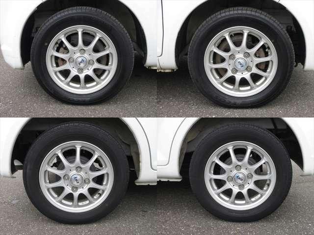 社外アルミホイールが装着されています。タイヤブランドは、ヨコハマです。タイヤサイズは、155/65R13です。残り溝はフロントが6mm、リアが4mmです。多少シワが入り始めています。