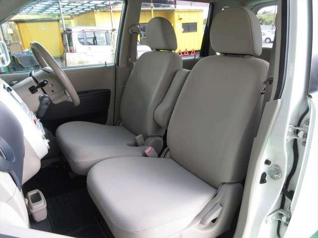 フロントシート、多少汚れとシミがあります。