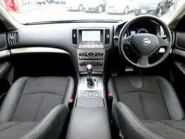 メーカー装着のHDDナビ・ETC・オ-トエアコン・インテリジェントキ-等を装備する運転席まわり。