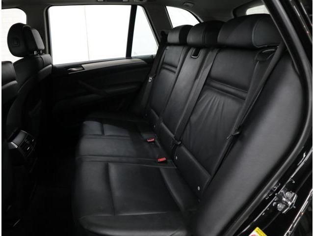 ボディサイズの拡大により、余裕の空間を確保したリアシート。慎重170cmの方でも足が組める広さです。