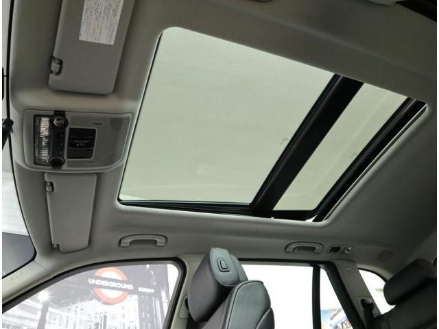 大きな開口部が特徴の、電動スライド&チルトアップが可能なパノラマガラスサンルーフ。電動サンシェードを内蔵し、強い日差しもワンタッチで遮ることができます。