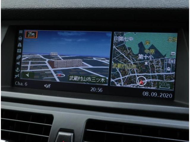 周囲の照明の明るさに応じて自動的にディスプレイの明るさを調節する大型ワイドモニターはドライバーからの視認性に優れ、ダッシュボードと一体感あるインテリアデザインを実現。