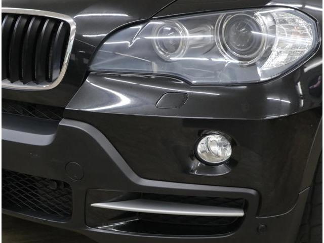 ヘッドライトレンズもクリアで綺麗な状態を維持。標準装備のスモールライトリングが夕暮れからの存在感を発揮。進行方向を照射するアダプティブヘッドライトです。