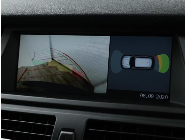 前後バンパーに内蔵された超音波センサーによって、車両と障害物との距離を計測し、予想される接触などの危機をモニターと信号音で確認できるので、狭いスペースでも安心して駐車が行えます。