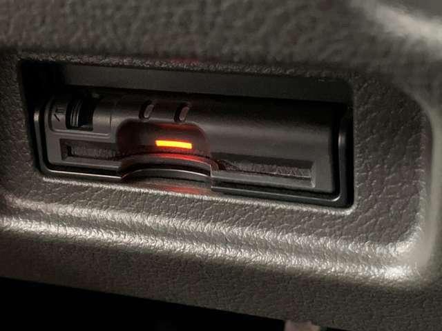 ETC搭載済みです!高速道路の乗り降りを車を止めずに支払いが完了するのでとても便利です。ビルトインタイプですので、運転席周りがスッキリとしています。